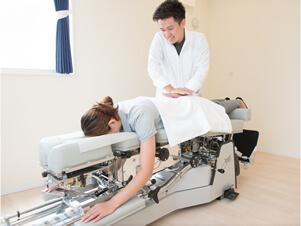 トムソンベッドによる矯正施術の写真