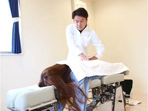 トムソンベッドによる矯正施術写真